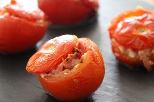 Tomates farcies aux allumettes et feta