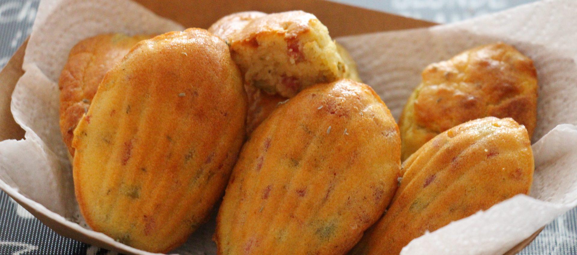 Madeleines salées aux lardons, olives et thym min