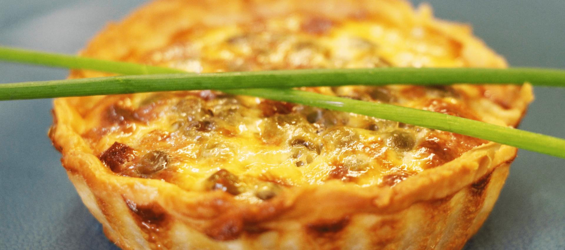 Mini quiches aux petits pois, allumettes et fromage frais