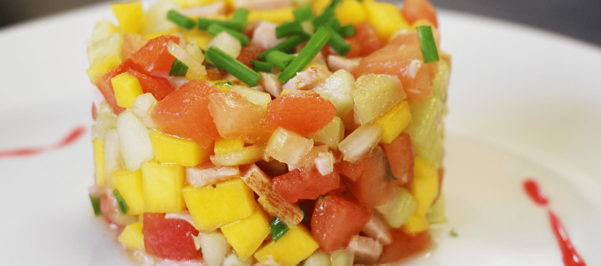 Tartare de rôti de porc à la tomate, concombre et mangue